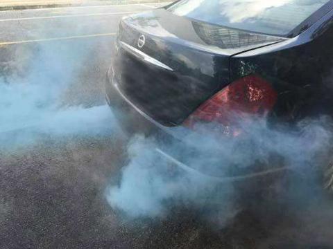 汽车烧机油尾气变蓝,别着急怪罪车企,这4个零件故障也会烧机油