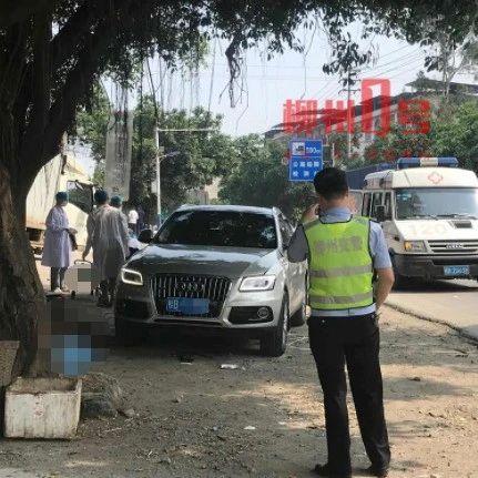 柳石路两名老人过马路,被奥迪车撞进车底,不幸当场身亡!