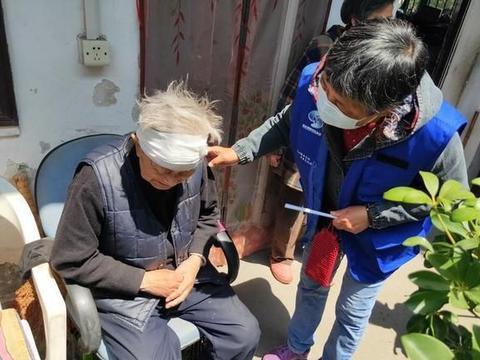 苏州吴门桥街道兴隆桥社区92岁高龄老人摔倒受伤 网格员热心帮忙