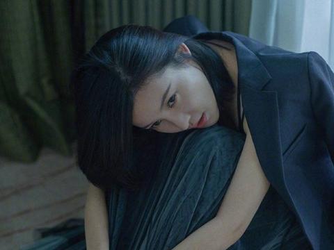 33岁的杨子珊还保持少女般状态,西装配百褶裙,气质太惊艳了