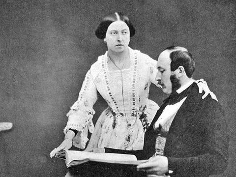 """""""再也没有人叫我维多利亚""""阿尔伯特亲王的死亡,撼动整个君主制"""