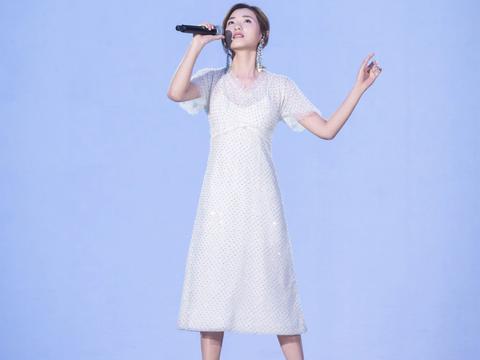 刘敏涛新造型真美,一袭姨妈红长裙艳压C位,配复古卷发太大气