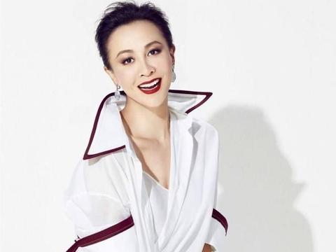 刘嘉玲也曾穿错过,毛领花衬衫土味十足,好在颜值很能扛