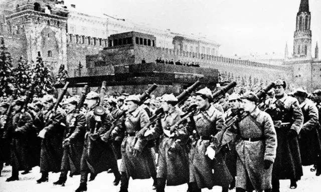 史上最特殊的阅兵,士兵全部荷枪实弹,阅兵结束直接开赴前线