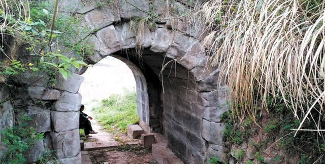 四川唯一的古城堡景区,不仅有千年古银杏,更有千年古寺