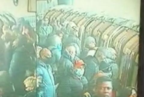 冠状病毒:英国首相宣布放松封锁后,伦敦地铁站人满为患