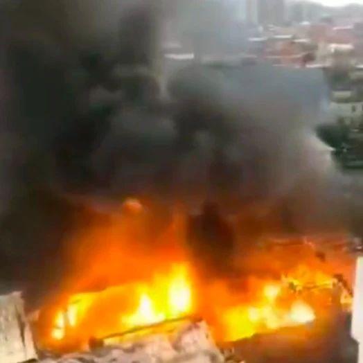 泉州南安一鞭炮仓库起火,现场爆炸声不断!