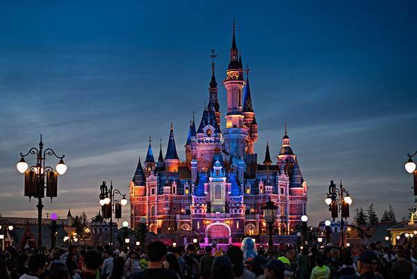 迪士尼乐园一辈子一定要去一次,去感受一下绚丽的烟花表演吧!
