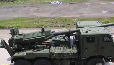 新一代战争之神:国产新型车载炮服役!全自动化不用人操心