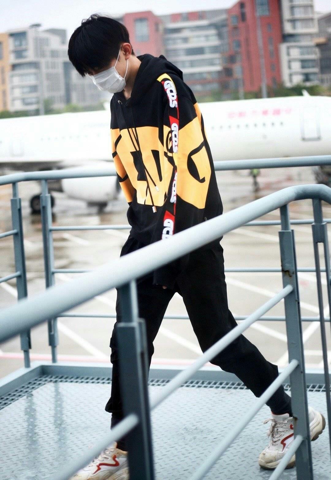 易烊千玺最新机场图来袭,用穿着暗示没有恋爱,粉丝开心又欣慰