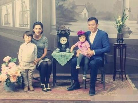 参观刘烨在法国的豪宅,住着原生态的别墅,户外有草坪大泳池