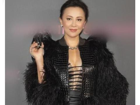 """真佩服刘嘉玲的勇气!53岁还敢穿""""绑带装""""?这身材真不服不行"""