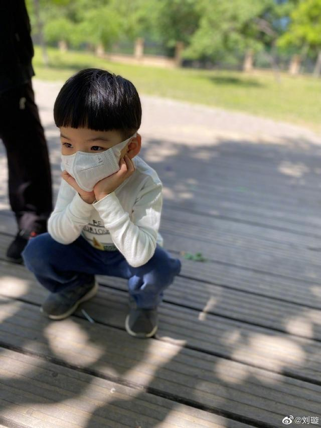 刘璇儿子看广场舞入迷不吃饭,雄赳赳蹲出大爷范,眼睛内双像爸爸