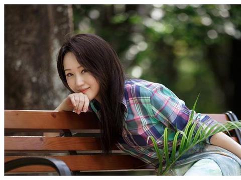 """杨钰莹生日收999朵玫瑰花束,看她49岁的状态,吃""""防腐剂""""了?"""