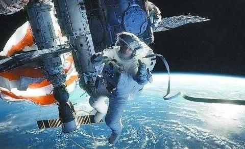 为什么人在太空会飘走,而空间站在太空却能固定不动?