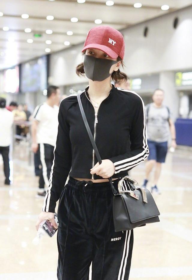 吴昕曝恋情后现身机场!黑色系穿搭戴上小红帽,两个小揪揪超少女