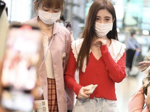 鞠婧祎机场获助理贴身护驾娇小可爱,穿复古上衣妆容精致似芭比