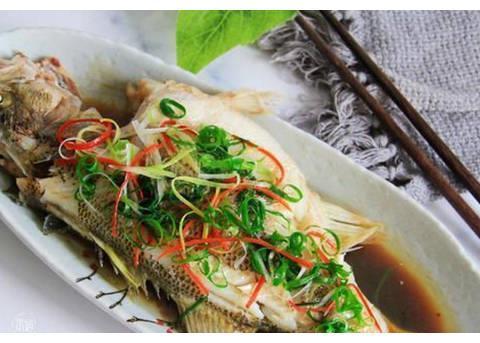 清蒸鱼时, 直接加盐就毁了, 牢记这3个要点, 蒸出的鱼鲜嫩无腥味
