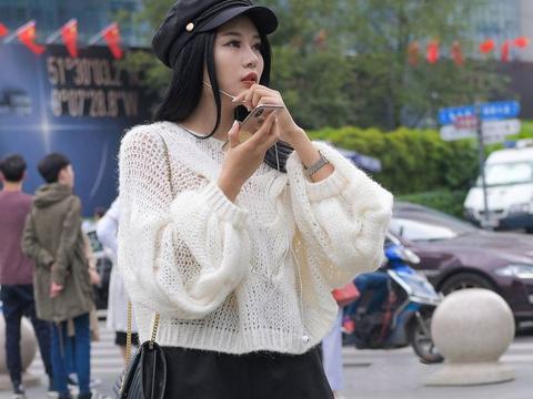 黑色短裤搭配白色高筒靴,头戴报童帽,夏天这样穿显身材还有个性