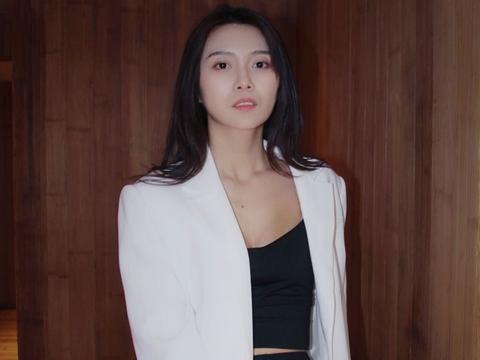 演员俞思远初夏街拍大片,同款造型演绎可盐可甜只因有它!