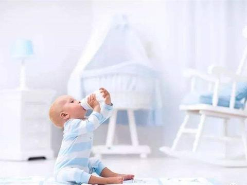 宝宝吐奶有哪些原因,母乳和奶粉要分开看,不要刚喂完就逗宝宝