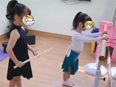 6岁姐姐教4岁妹妹跳舞,看到姐姐手中的东西,网友:不敢偷懒