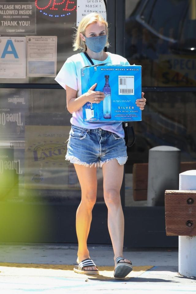 女星黛安·克鲁格现身洛杉矶街头,她看起来很苗条