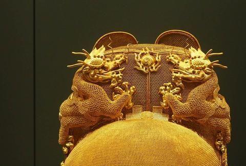 """老农挖出微型""""金冠"""",底径仅4.2厘米,专家:技艺不输金翼善冠"""