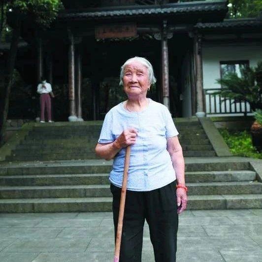 硬核!98岁奶奶登顶尖峰山,不相信?爬给你们看看……