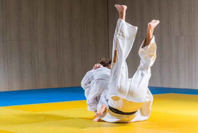 日本热议美女保镖:赤手空拳击败十名壮汉,拔枪射击仅需0.2秒