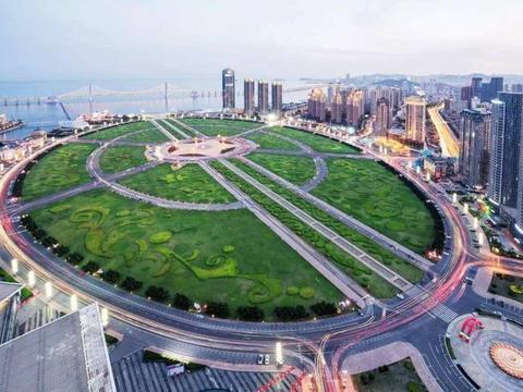 我国这座浪漫之都,拥有全球最大的城市广场,景色优美,美食众多