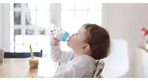 何时帮宝宝戒奶瓶最合适?来看看美国儿科学会的建议!