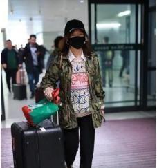 42岁的薛佳凝,穿衣风格早就过了那个清纯的年纪