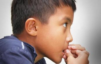 """孩子为何老爱""""咬指甲"""",长大多半是2种性格,隔着屏幕心疼孩子"""