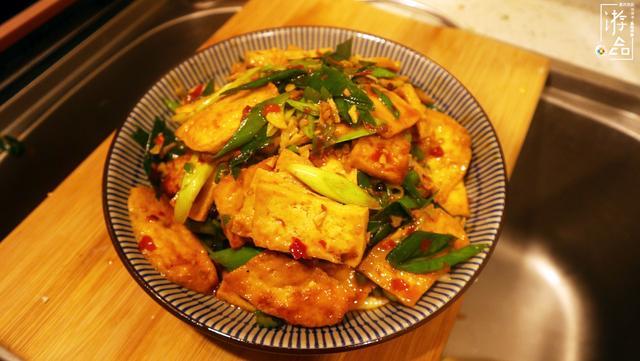 重庆二面黄教程详解:在手里切豆腐,辣椒直接砸碎,还得加水淀粉