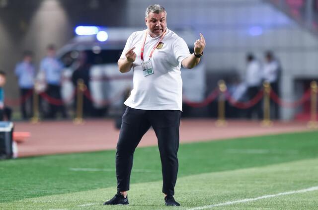哈桑吐槽江苏苏宁主教练:奥拉罗尤是胆小的教练!他怕惩罚球星!