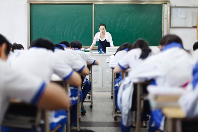 中国教师工资多高?年收入达10万排全国第七,相比日本差4倍