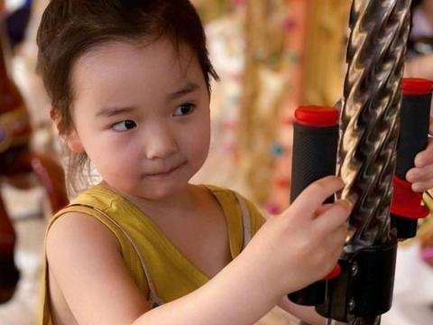 """董璇就是一个晒娃""""狂魔"""",小酒窝又现身啦,身穿小裙子超可爱"""