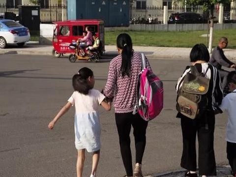 """""""禁摩禁电""""后,宝妈质问该如何接娃上下学:买不起车不配生娃"""