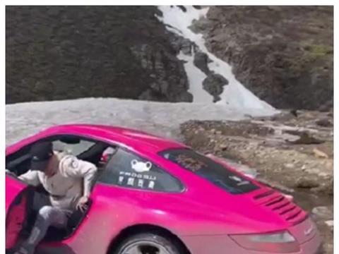 """又有跑车""""进藏"""",这次是保时捷911,车轮陷泥地,6人推车都没用"""