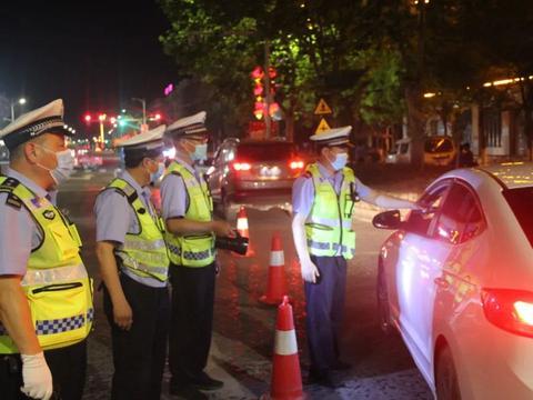 息县公安局交警大队开展严查酒驾统一行动