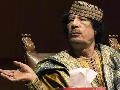 """卡扎菲临死前毫无尊严,大喊""""别开枪"""",哀求士兵:""""放我一马"""""""