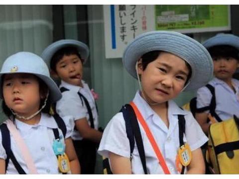 日本的孩子都是自己上下学,为什么家长不接送?看到处罚明白了