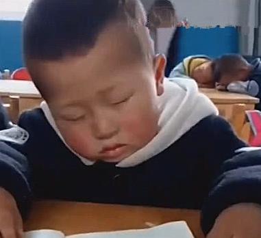 """4岁""""睡神""""男孩走红网络,老师叫不醒,听到放学也不为所动"""