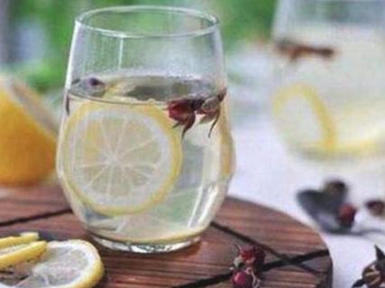 """吃西餐时,为什么服务员要上2杯""""柠檬水""""?要是随意喝就丢人了"""