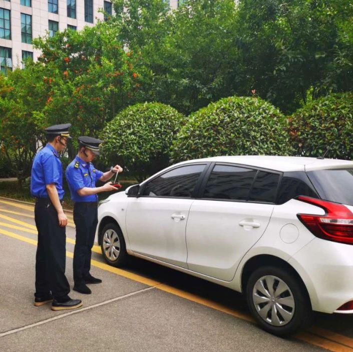 信阳司机注意,在道路上违法停车将收到这样的罚单