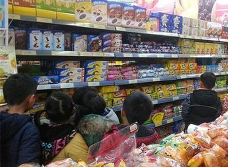 5岁男孩逛超市捏碎方便面,被店员制止后,家长不指责还帮出头