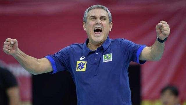 """女排""""争议庆祝""""!冠军教头怒吼挑衅中国队,巴西领奖时搞小动作"""