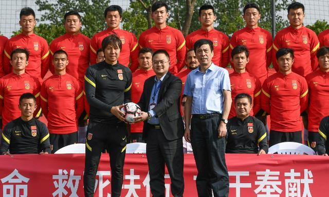 64岁陈戌源精力充沛,几乎站着看完国足比赛,场边掌声不断