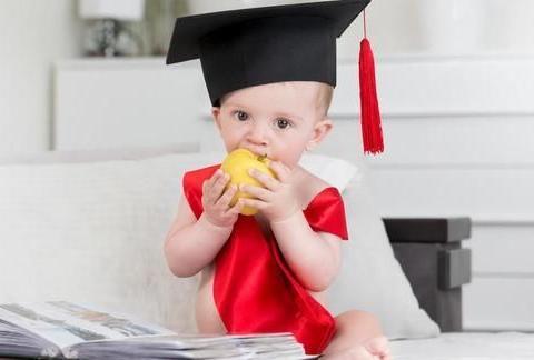 孩子喜欢扔东西,是获得客体永久性的开始,有助于促进智力发育
